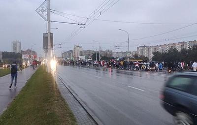 Марш протеста в Минске движется в сторону базы ОМОН в районе Уручье