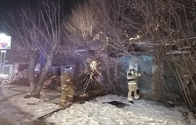 Три человека погибли при пожаре в заброшенном доме в Кургане