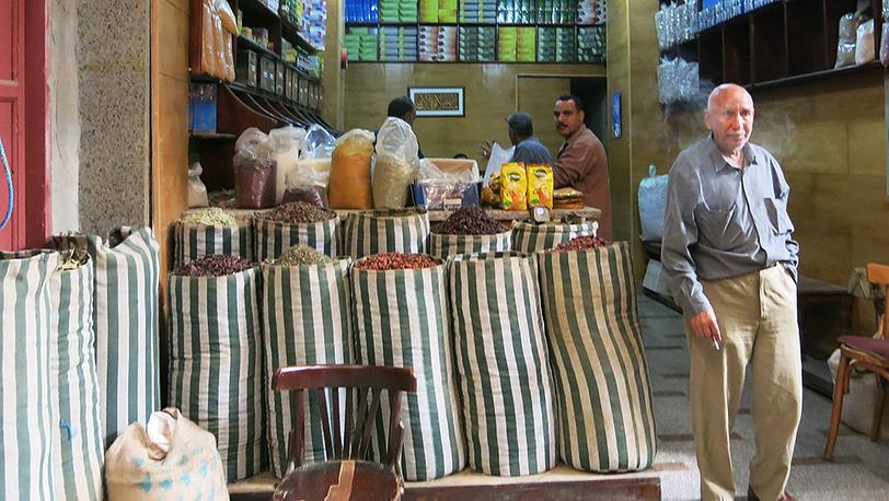 Торговцы у магазинов на базаре Хан-эль-Халили в Каире. Фото Дмитрий Добродеев
