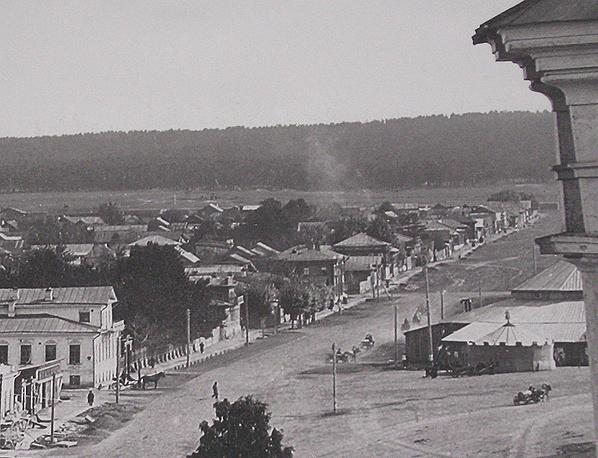 Вид с колокольни Екатерининского собора на первый стационарный цирк в Екатеринбурге на Дровяной площади, построенный и открытый Максимильяно Труцци 20 ноября 1883 года