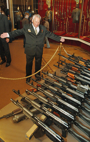 2005 г. Михаил Калашников в музее Московского Кремля, которому он передал коллекцию пулеметов собственной разработки.