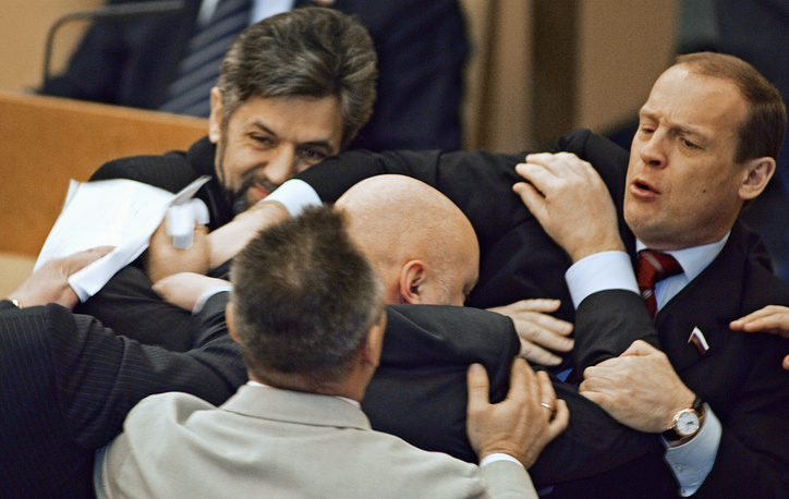 """Члены фракции """"Родина"""" Андрей Савельев и Юрий Сентюрин (слева направо на втором плане) во время драки с членами фракции ЛДПР на заседании Госдумы, 2005 г."""