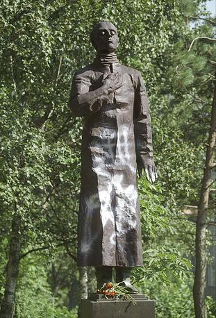 Залитый краской памятник  Осипу Мандельштаму, Владивосток, 16 авугста 2002