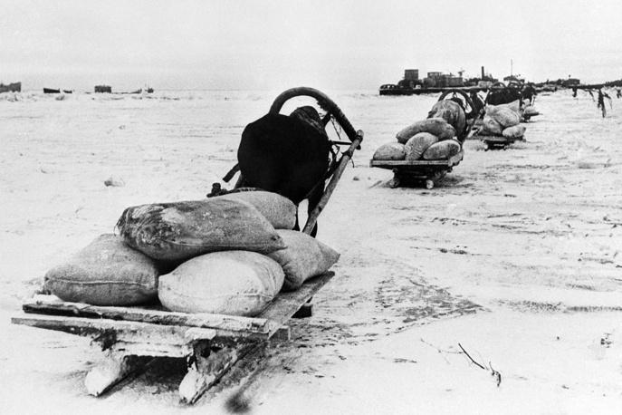 Подводы с продовольствием  на  берегу Ладожского озера.