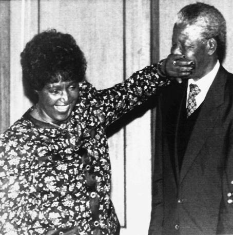 Нельсон Мандела со второй супругой Винни Мандела в Лондоне, 1990 г.