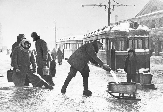 Жители города берут воду из водопроводного люка на Звенигородской улице.