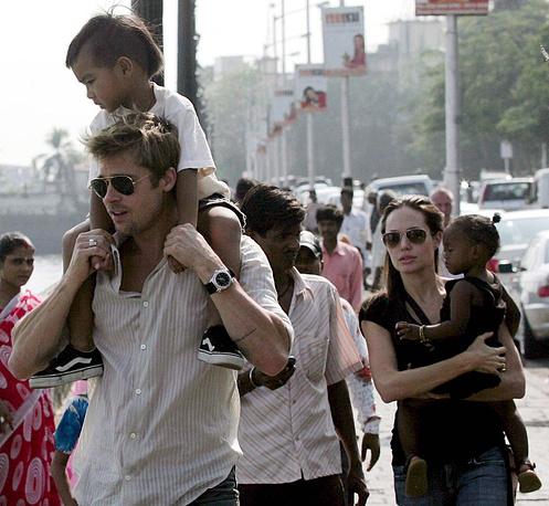 Голливудские актеры Анджелина Джоли, Брэд Питт с детьми в Индии, 2006 г.