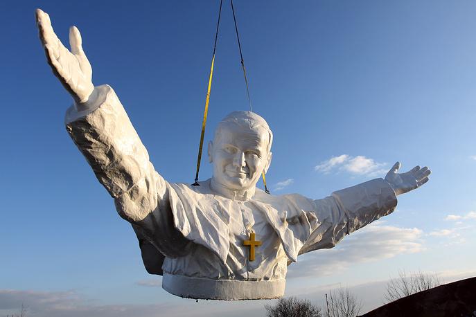 Установка памятника папе римскому Иоанну Павлу II в польском Ченстохове. Статуя высотой 14 метров является самым большим памятником покойному понтифику. 7 апреля 2013 года