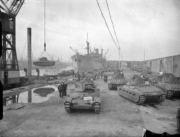 """Погрузка танков """"Mark II Matilda II)"""" для СССР в ливерпульских доках. 1941 г."""