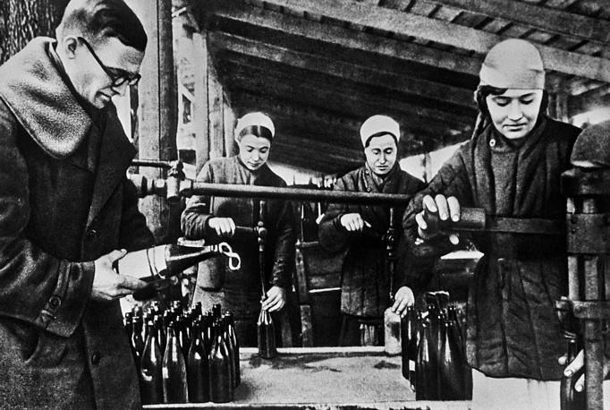Производство бутылок с зажигательной смесью.