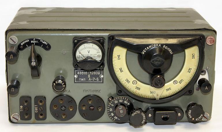 """Радиостанции """" А-7"""". Радиостанции УКВ диапазона А-7-А и А-7-Б выпускали на заводе им. Козицкого с середины 1943 г. Они предназначались для корректировщиков артогня, который вели корабли Балтийского флота"""