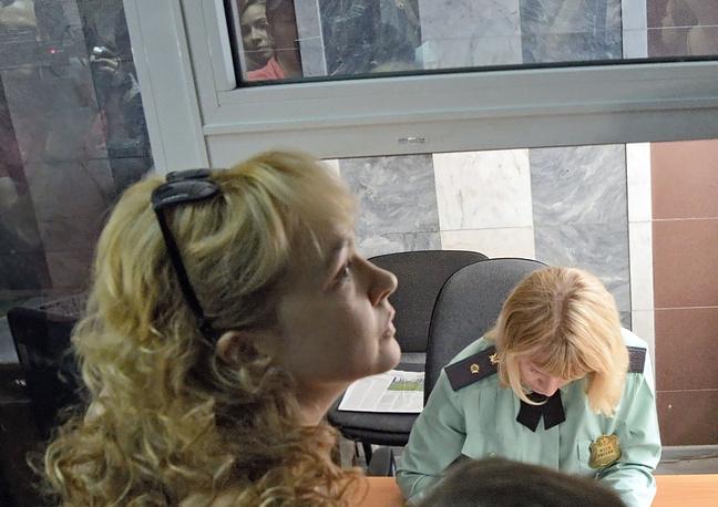 25 июня 2013 года. Бывший шеф-редактор новостного сайта URA.RU Аксана Панова перед началом предварительных слушаний в Ленинском районном суде Екатеринбурга