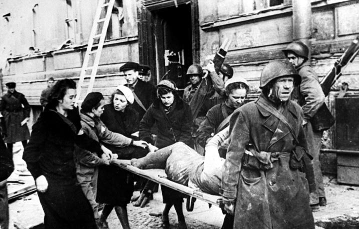 Бойцы МПВО Ленинграда эвакуируют пострадавших после налета фашистских бомбардировщиков. 1943 г.