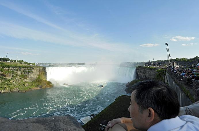 Туристы возле Ниагарского водопада в летнее время