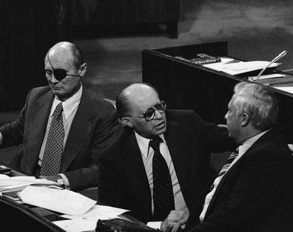 Ариэль Шарон в должности министра сельского хозяйства Израиля (справа) и премьер-министр Израиля Менахем Бегин (в центре) на заседании Кнессета, 21 марта 1979 г.