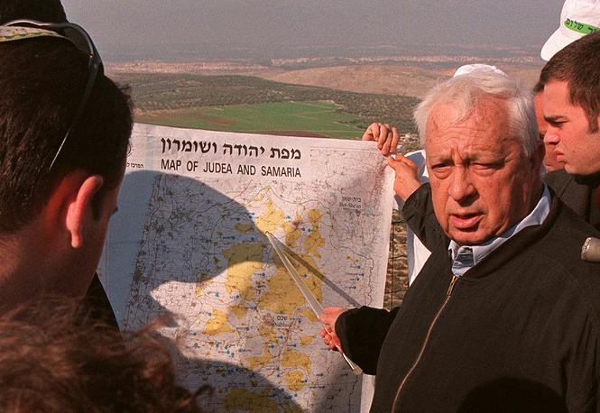 Министр национальной инфраструктуры Ариэль Шарон показывает израильские зоны безопасности на Западном берегу реки Иордан во время пресс-конференции, 29 декабря 1997 г.