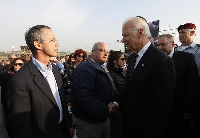 Вице-президент США Джо Байден (справа) и сыновья Ариэля Шарона Омри (в центре) и Гилад (слева)