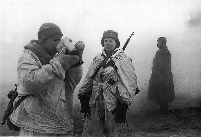 Бойцы Ленинградского фронта после  боя. 1944 г.