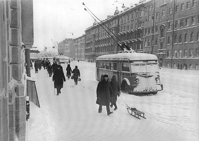 Остановившиеся из-за отсутствия электричества троллейбусы на Невском проспекте. 1941 г.