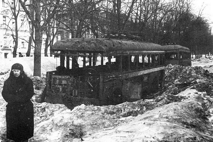 Разрушенные троллейбусы на бульваре Профсоюзов (Конногвардейском бульваре) в блокадном Ленинграде.