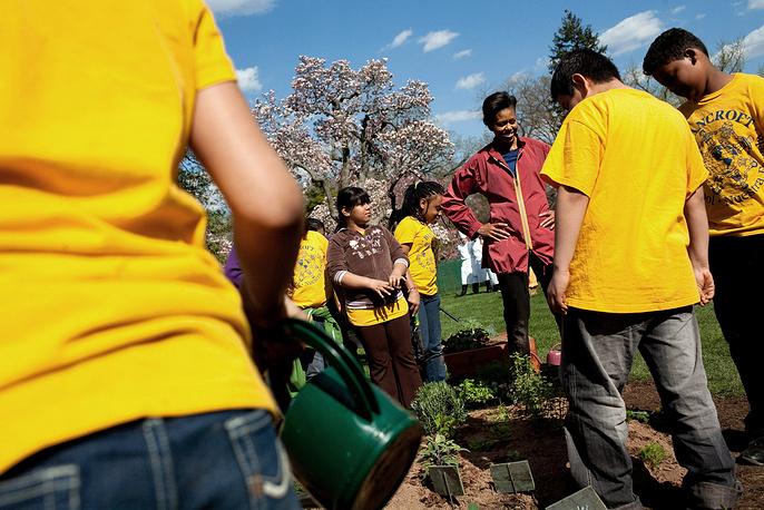 Первая леди разбила огород на территории Белого дома и выращивает там овощи, а также принимает участие в благоустройстве территории.