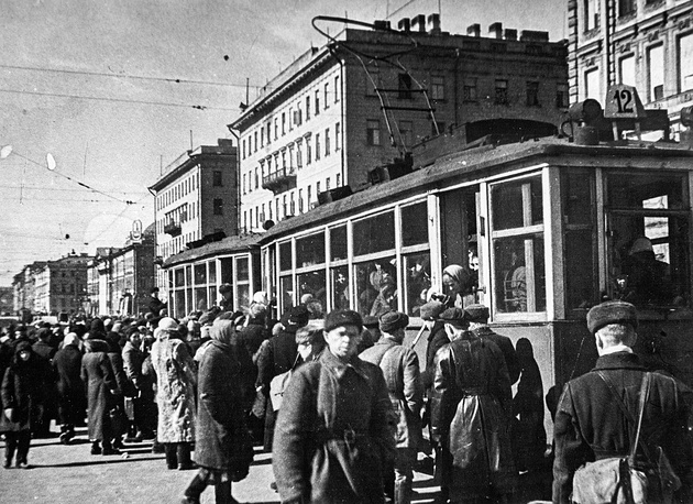 Трамвай  на проспекте 25-го Октября (Невский проспект).Последняя  уборка города после зимы 1941 -1942 гг