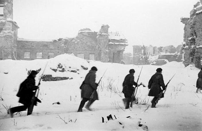 Бойцы 67-й армии Ленинградского фронта передвигаются по территории Шлиссельбургской крепости. 1943 г.