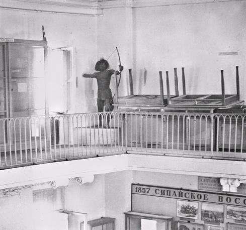 """Манекен-папуас, при ударе взрывной волны """"выстреливший"""" из лука"""
