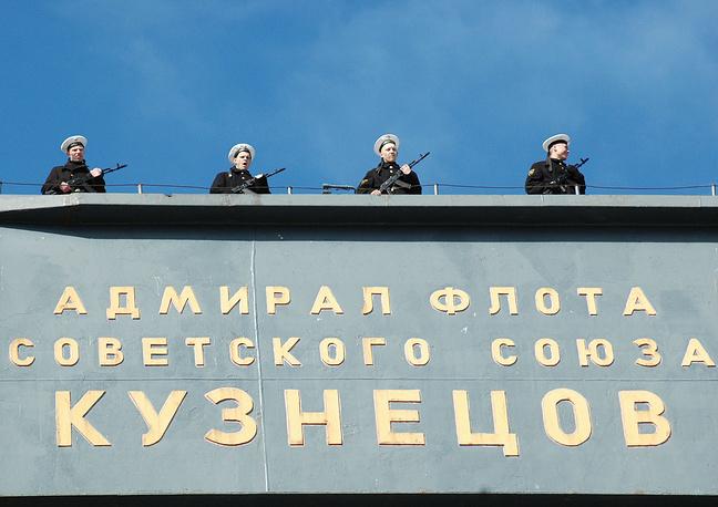 """Противодиверсионное подразделение на авианосце """"Адмирал Кузнецов"""" во время специальных учений по тыловому и техническому обеспечению сил флота России, которые проходят на Северном флоте. Мурманская область. 8 июня 2006 г."""