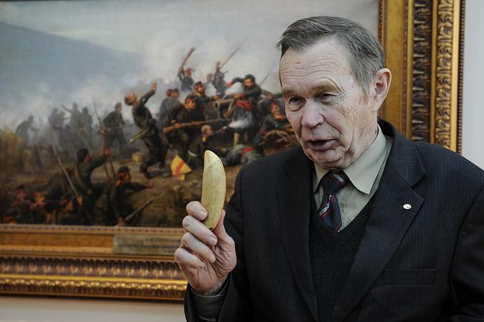 Владимир Большаков, академик РАН, специалист по экологии животных передал в дар музею зуб тюленя