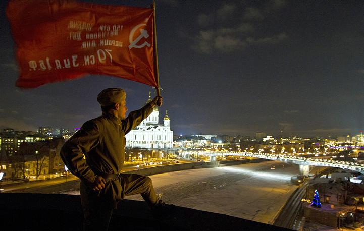 """Акция протеста на крыше здания , где находится офис телеканала """"Дождь"""""""