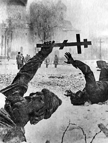 Фигуры разрушенного памятника Тысячелетия России  после освобождения Новгорода, 1944 год