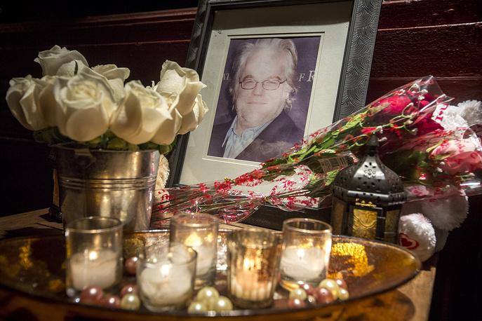 Портрет и цветы у дома, где жил актер, 2014