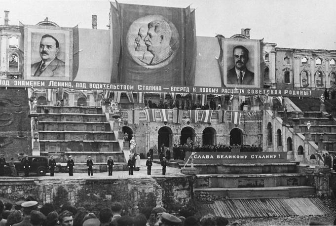 Петродворец. Большой каскад. Торжественный митинг, посвященный открытию фонтанов, 25 августа 1946 года