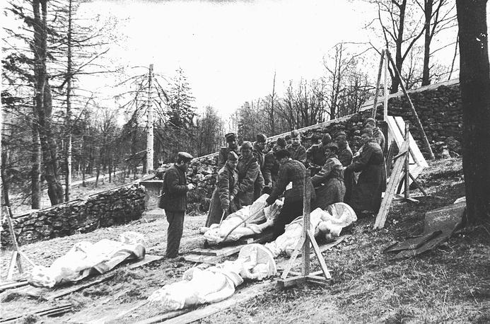 Установка на места скульптуры, изъятой из захоронений, май 1945 года