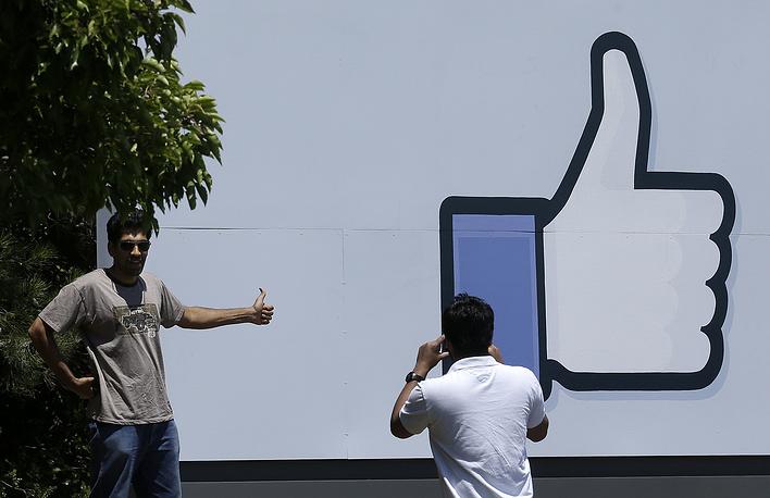 В апреле 2010 года на сайте появилась кнопка «Like». Значок лайка изображен у входа в кампус Facebook в Менло-Парке, Калифорния