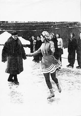 Николай Александрович Панин-Коломенкин тренирует фигуристов.