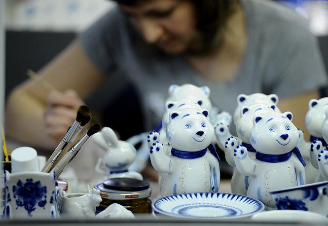 На Гжельском фарфоровом заводе расписывают фарфоровые изделия с символикой Олимпиады 2014 года в Сочи