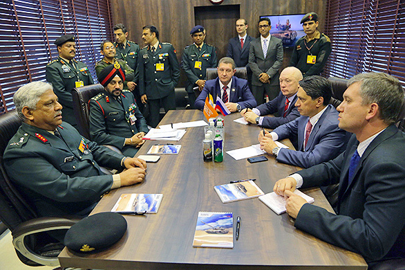 Генеральный директор корпорации УВЗ Олег Сиенко (второй справа) на переговорах с представителями Министерства обороны Индии