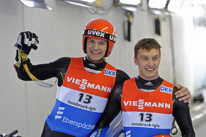 Немецкому саночнику Саше Бенеккену (справа) 14 февраля исполнится 24 года