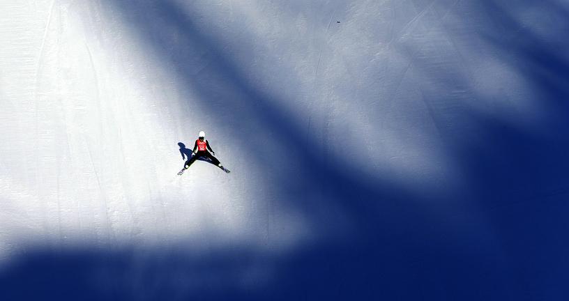 Японская спортсменка Сара Таканаши во время тренировки  олимпийского турнира в прыжках со среднего трамплина