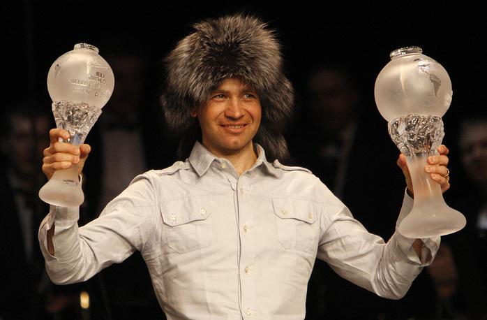 Уле-Эйнар Бьорндален, выигравший большой хрустальный глобус по итогам общего зачета Кубка мира по биатлону и Кубок наций, который завоевала сборная Норвегии, 2009 г.