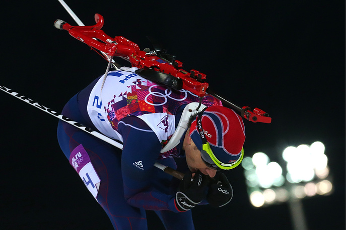 Уле-Эйнар Бьорндален во время спринтерской гонки на 10 км среди мужчин на олимпийских играх в Сочи, 2014 г.