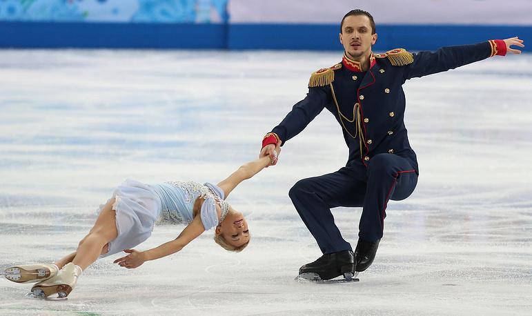 Татьяна Волосожар и Максим Траньков во время выступления с короткой программой в командных соревнованиях по фигурному катанию