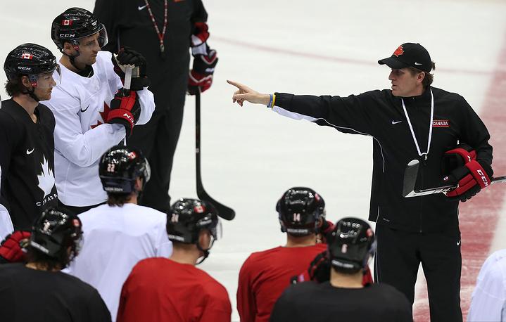 Главный тренер сборной Канады по хоккею Майк Бэбкок (справа) во время тренировки