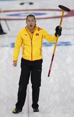 Китайский керлингист Жуй Лю в матче кругового турнира между мужскими сборными США и Китая