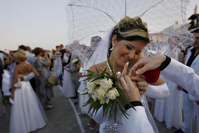 Массовая свадебная церемония израильских пар в Ларнаке, Кипр, 2011 год