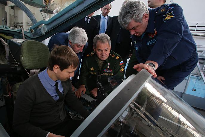 Министр Обороны РФ Сергей Шойгу осматривает Су-35с