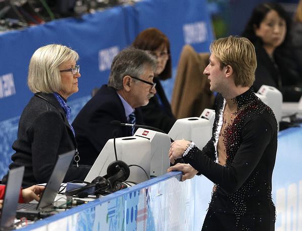 Евгений Плющенко отказался от участия в мужском одиночном олимпийском турнире. Выполняя прыжок на раскатке, фигурист неудачно приземлился и повредил спину, что стало причиной отказа от участия в турнире