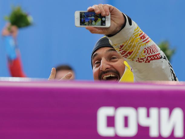 Немецкий саночник Георг Хакль, единственный в истории санного спорта трёхкратный олимпийский чемпион,  радуется победе немецких саночников Тобиаса Вендля и Тобиас Арлта в соревнованиях двоек